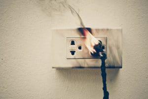 חשמלאי לבדיקת חורף כאשר שקע חשמלי שרוף