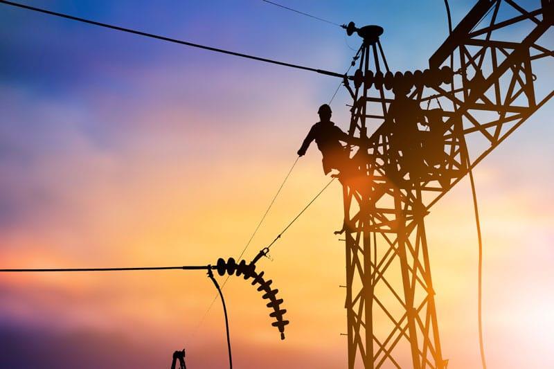 עבודות חשמל בגובה על ידי חשמלאי מוסמך