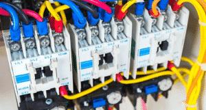 בדיקת חשמלאי מוסמך בארון חשמל של בית