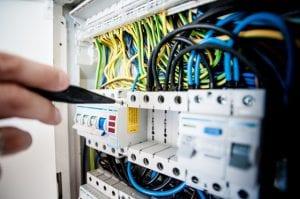 חשמלאי מבצע הכנה לביקורת חברת חשמל