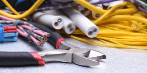 כלי העבודה של חשמלאי לטובת התקנה או החלפה של לוח חשמל