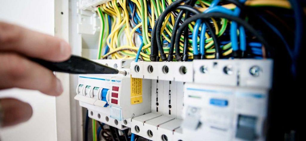 חשמלאי מבצע פעולה למנוע קצר חשמלי